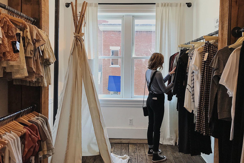 femme cherche des vêtements dans une boutique