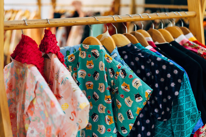 vêtements de couleur sur un portant